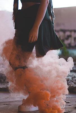 Foto con humo de colores naranja